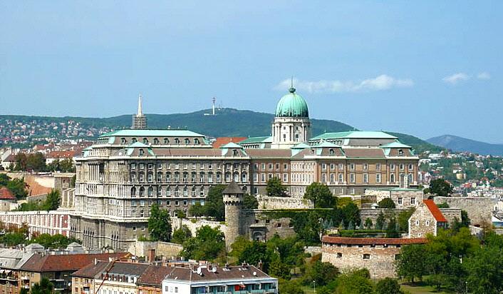 Baños Romanos Budapest:Puede visitar los monumentos medievales del barrio del castillo y